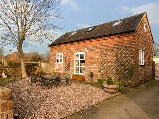 FOLLY FOOT BARN, pet-friendly wheelchair accessible cottage, woodburner, WiFi, Hinstock Ref 923064 - Hinstock vacation rentals