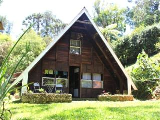 Cozy 2 bedroom Visconde de Maua Cabin with Water Views - Visconde de Maua vacation rentals