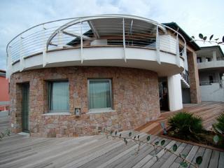 Trilocale vista mare a 80 mt dalla spiaggia - Isola Rossa vacation rentals