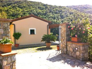 Trilocale in Villetta Vista mare - Nisportino vacation rentals