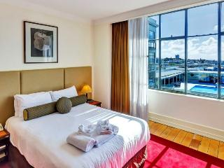 Sunny Heritage Hotel Serviced Auckland CBD Apartment with Views of Swimming Pool with Parking - World vacation rentals