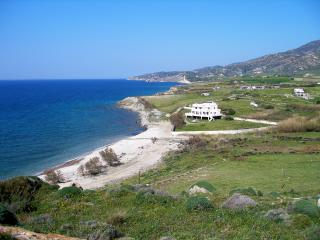 Villa Akrotiri. The Aegean Sea into your arms . - Galini vacation rentals