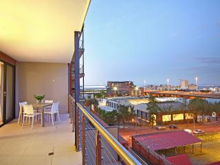 Comfortable 2 bedroom Sea Point Condo with Deck - Sea Point vacation rentals