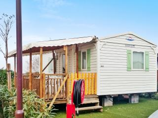 Family-friendly modular home in the Les Sables Du Midi holiday park, w air con & terrace, near beach - Valras-Plage vacation rentals