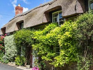LITTLE THATCH, Grade II listed, charming, character thatched cottage, in Cerne Abbas, Ref. 919506 - Cerne Abbas vacation rentals
