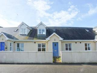 11 FAIRWAY DRIVE, mid-terrace cottage, near beach & golf, close to amenities, lawned garden, in Rosslare Harbour, Ref 923705 - Rosslare vacation rentals