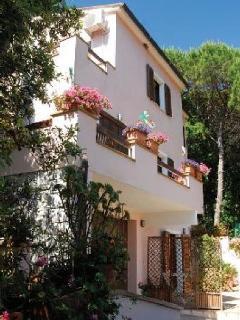 Appartamento in VILLA- Relax nel verde vicino - Procchio vacation rentals