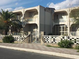 3_comodo appartamento in giardino fronte mare - Tortora Marina vacation rentals