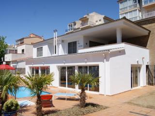 Comfortable 3 bedroom Apartment in Roses with Shared Outdoor Pool - Roses vacation rentals