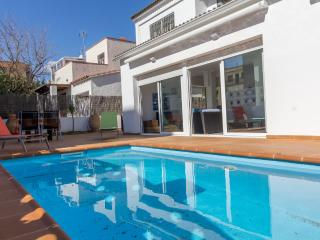 Cozy 2 bedroom Roses Apartment with Shared Outdoor Pool - Roses vacation rentals