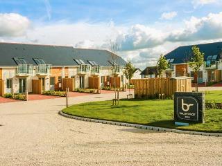 20 BAY RETREAT VILLAS, stylish villa, open plan living, parking, garden, in Padstow, Ref 920468 - Saint Merryn vacation rentals