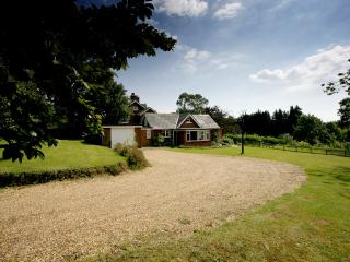 Comfortable Bungalow with Internet Access and Outdoor Dining Area - Bursledon vacation rentals