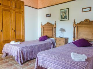 Bright 3 bedroom Nerja Chalet with Internet Access - Nerja vacation rentals