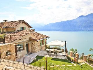 Beautiful 3 bedroom Castelletto di Brenzone House with Waterfront - Castelletto di Brenzone vacation rentals