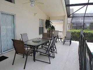 OASIS VILLA: 4 bedroom 3 bath Villa in Gate Community with oversize pool! - Davenport vacation rentals