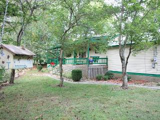 Creekside Hideaway private cottage on the creek with firepit and horseshoes - Pigeon Forge vacation rentals