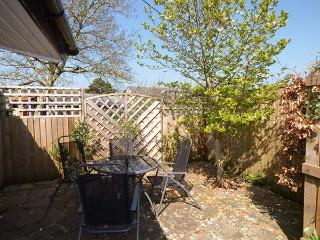 RECTORY COTTAGE, all ground floor, en-suite, parking, garden, in Abergavenny, Ref 923558 - Abergavenny vacation rentals