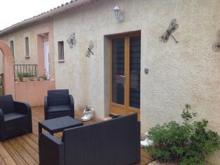 Petit studio aménagé 18m2 avec terrasse et  salons - Collias vacation rentals