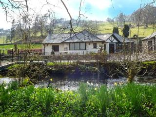 RIVERSIDE, all ground floor, private jetty and bridge over Torver Beck, WiFi, en-suite facilities, near Coniston Water, Ref 922436 - Satterthwaite vacation rentals