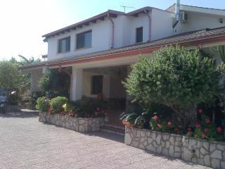 villa con 2 bagni 3 camere letto - Villagrazia di Carini vacation rentals