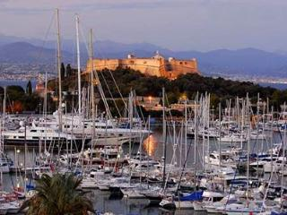Beautiful penthouse apartment with sea views - Antibes vacation rentals