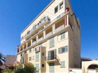Sunny apartment with balcony - Antibes vacation rentals