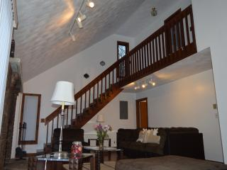 Luxury stunning in Ski Resort,HotTub ,WiFi sleeps8 - Bushkill vacation rentals
