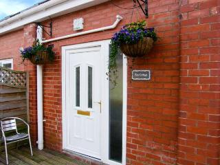 VIEW COTTAGE, four bedrooms, outdoor decked area, use of equestrian facilities by arrangement in Ledsham, Ref: 14323 - Ledsham vacation rentals