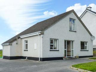 8 THE GLEBE, traditional, detached, open fire, lawned garden, in Donegal Town, Ref 924178 - Donegal vacation rentals