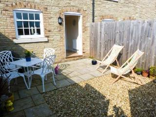 4 THE OLD POST OFFICE MEWS, quality mews cottage, WiFi, enclosed patio, close to amenities, in Brading, Ref 10532 - Brading vacation rentals
