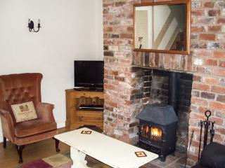 2 VICTORIA COTTAGES, pet friendly, character holiday cottage, with a garden in Hindon, Ref 1915 - Hindon vacation rentals