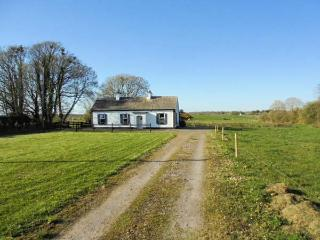 WOODSTOCK COTTAGE, character holiday cottage, with open fire in Ballindine, County Mayo, Ref 4085 - Ballindine vacation rentals