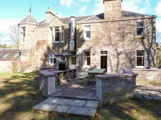 CASTLETON HOUSE, pet friendly, luxury holiday cottage, with a garden in Glamis, Ref 8403 - Glamis vacation rentals