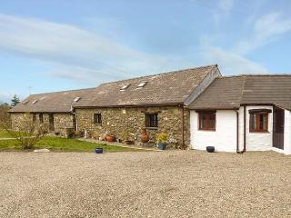 HONEYSUCKLE, stone barn conversion, ground floor, en-suites, walks from the door, near Newport, Ref 904045 - Pontfaen vacation rentals