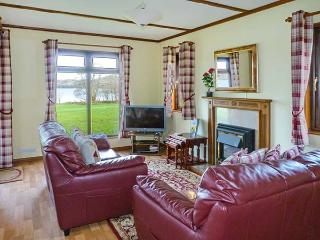 OSPREY LODGE, detached, decking with furniture, on the shores of Loch Awe, Ref 905504 - Dalmally vacation rentals