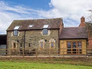 THE OLD BYRE, barn conversion, open plan, two en-suite bedrooms, WiFi, in Caynham, Ref 920667 - Caynham vacation rentals