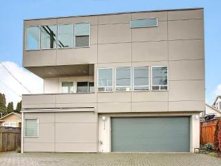 1800sf High end modern. 96 walk score. 2 car garag - Seattle vacation rentals
