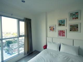 Modern 1BD with pool-great location - Bangkok vacation rentals