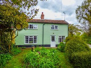 FOX COTTAGE, rich in character, with exposed beams and floorboards, woodburner, near RSPB Minsmere in Darsham, Ref 29701 - Darsham vacation rentals