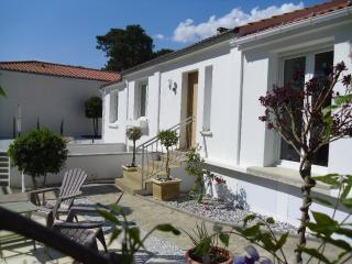 Beautiful House with Internet Access and Outdoor Dining Area - Jard-sur-Mer vacation rentals