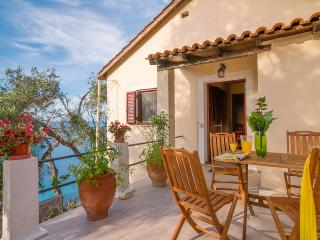 Convenient House with Short Breaks Allowed and A/C - Loggos vacation rentals