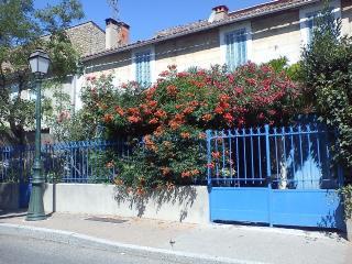 Maison de Village à Lamanon Le rose et le bleu - Lamanon vacation rentals