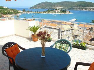 2 bedroom Condo with Internet Access in Vis - Vis vacation rentals