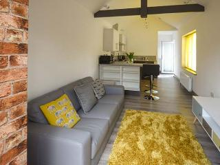 WHITE COTTAGE ANNEXE, en-suite bedroom, enclosed patio, pet-friendly, WiFi, Ref 922678 - Tenby vacation rentals