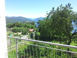 Casa  con vista lago e giardino - Dagnente vacation rentals