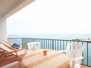 Holiday apartment by the beach with terrace - L'Escala vacation rentals