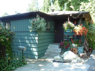 Romantic Cottage in Sechelt with Deck, sleeps 4 - Sechelt vacation rentals