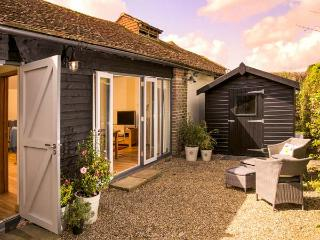 THE GRANARY, single-storey, ideal for a couple or two friends, walks from the door, near Hever, Ref 923527 - Hever vacation rentals