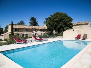 Lovely Cottage with Internet Access and Shared Outdoor Pool - Rochefort du Gard vacation rentals