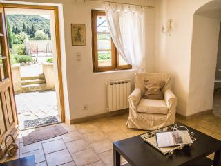 Perfect 1 bedroom Cottage in Avignon with Internet Access - Avignon vacation rentals